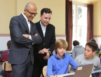 Satya Nadella alaba la educación con Minecraft en los colegios