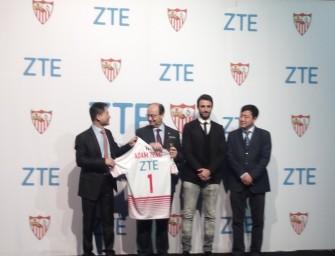 MWC16.- Los futbolistas del Sevilla presumen de móviles ZTE