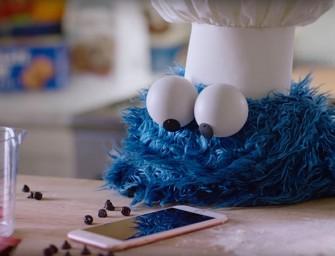 El Monstruo de las Galletas cocina cookies con su iPhone
