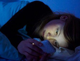Un estudio revela que mirar el móvil por la noche causa insomnio
