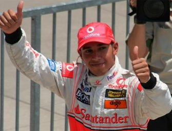 Lewis Hamilton aparca su monoplaza y coge el fusil de Call of Duty